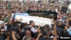 Suni Muslim Lebanon mengawal ketat peti jenazah Sheikh Ahmed Abdul Wahid, pemimpin mereka dan Muhammed Hussein Miraib ke pemakaman di al-Bireh, Lebanon (21/5).