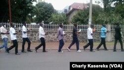 Les membres de la LUCHA lors d'une marche pacifique mardi15 mars à Goma Mains liées et bouche bandée en signe de solidarité avec leur camarades arretés à Kinshasa et à Goma, sur une route en plein centre ville de Goma