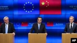도날드 투스크 EU 정상회의 상임의장(오른쪽부터), 리 커창 중국 총리, 장클로드 융커 EU 정상회의 상임의장이 9일 벨기에 브뤼셀의 유럽연합(EU) 본부에서 공동성명을 발표했다.