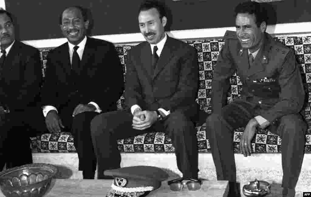 Муаммар Каддафи (справа) с президентом Египта Анваром Садатом (слева) и президентом Алжира Хуари Бумедьен (в центре) в аэропорту. 1972 год