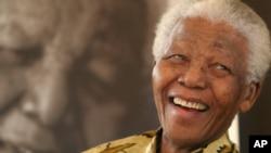 Menjelang kematiannya, Nelson Mandela tidak ditunjang peralatan medis dan dikelilingi anggota keluarga serta para dokter (foto: dok).