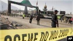 一名阿富汗警察在星期二在喀布爾遭到炸彈襲擊的出事現場站崗