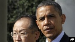 ປະທານາທິບໍດີ Barack Obama ຢືນຄຽງຂ້າງທ່ານ Jim Yong Kim ຜູ້ທີ່ຖືກສະເໜີ ໃຫ້ເປັນຫົວໜ້າທະນາ ຄານໂລກຄົນຕໍ່ໄປ ຢູ່ທີ່ສວນດອກກຸຫລາບທໍານຽບຂາວ ວັນສຸກ ທີ 23, ເດືອນ ມີນາ 2012.