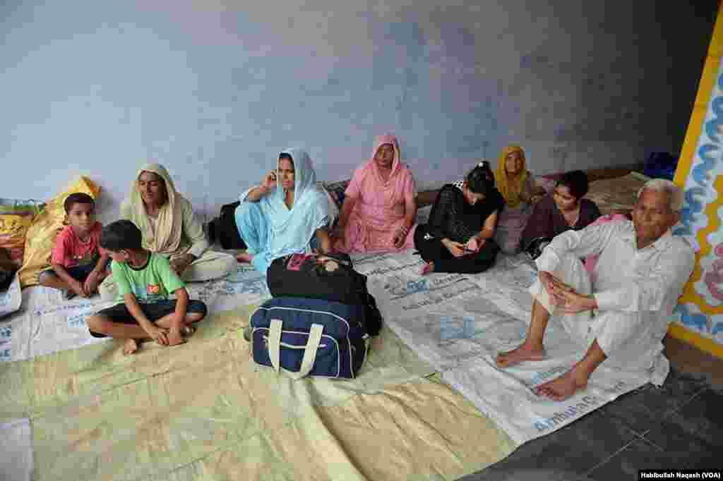 لائن آف کنٹرول پر کشیدگی کے باعث پالن والا کے رہائشیوں نے ایک اسکول میں پناہ لے رکھی ہے۔