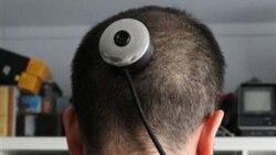 يک هنرمند دوربين بسيار کوچکی را پشت سر خود نصب کرد