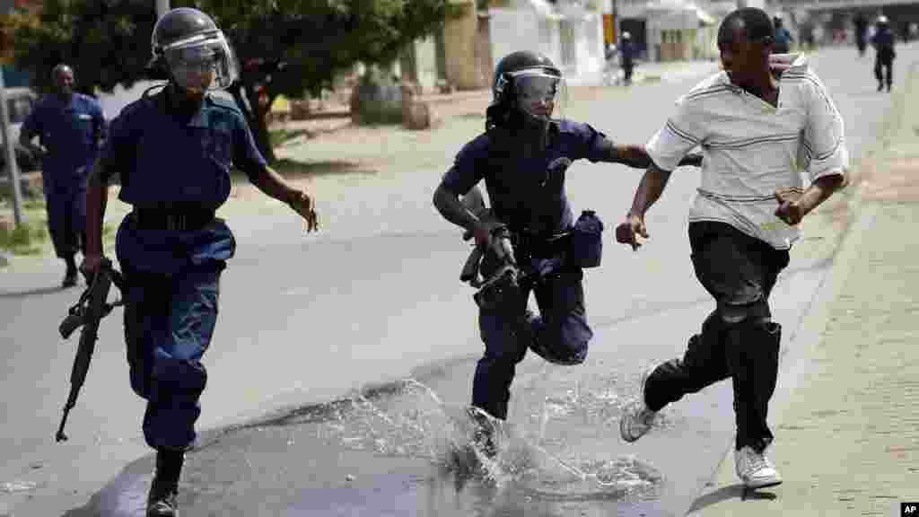 La police anti-émeute pourchasse un manifestant à Bujumbura, Burundi, lundi 4 mai 2015.