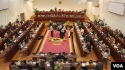 Debate continua no Parlamento