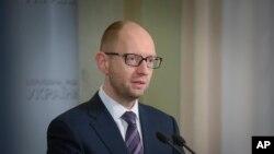 Thủ tướng Ukraina Arseniy Yatsenyuk trả lời câu hỏi của các nhà báo sau phiên họp khẩn của quốc hội ở Kyiv, Ukraina, 3/2/14