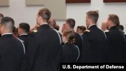26일 조지아주 포트 베닝에서 열린 보병장교 기본교육과정 졸업식에 참석한 여성장교 10명 가운데 한명(가운데). 졸업생들이 특수전사령부 지원을 희망하는 관계로, 미군 당국은 이들의 앞모습과 신원을 공개하지 않았다.