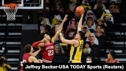 Luka Garza (55, Iowa Hawkeyes) šutira na koš preko igrača Indiana Hoosiersa, 21.01.2021.