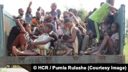 Des femmes et des enfants congolais arrivent au poste-frontière de Chissanda, dans la province angolaise de Lunda Norte, après avoir échappé aux attaques des milices dans la Province du Kasaï, en RDC, mai 2017. © HCR / Pumla Rulashe