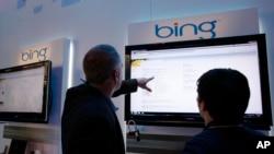 在拉斯维加斯消费者电子展期间,参观者在微软展台观看必应(Bing)陈列介绍。