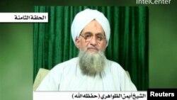 Foto yang diambil dari situs militan dan dirilis oleh IntelCenter ini menggambarkan pemimpin al-Qaida, Ayman al-Zawahiri sedang mengumumkan penyanderaan Warren Weinstein (Foto: dok).