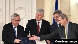 Dragan Čović i Denis Zvizdić predaju odgovore na EU Upitnik Jeanu Claude Junckeru