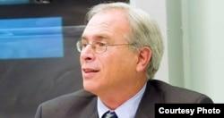 东北大学法学院教授罗杰•阿伯拉姆斯