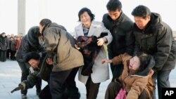平壤居民12月19日为金正日去世哭泣