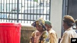 Seorang perempuan mencuci tangannya dengan air berklorin di RS Connaught, Sierra Leone.
