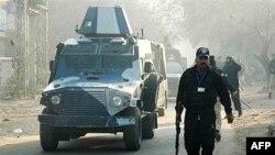 Бронированный автомобиль, перевозящий обвиняемого в стрельбе американского дипломата, покидает здание суда в Лахоре.