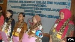 Ibu-ibu hamil yang telah menyelesaikan pendidikan mereka, mendapatkan sertifikat (20/10).
