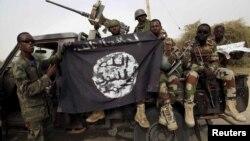 Les soldats ont pris le drapeau de Boko Haram pris dans la ville de Damasak, au Nigeria, le 18 mars 2015.