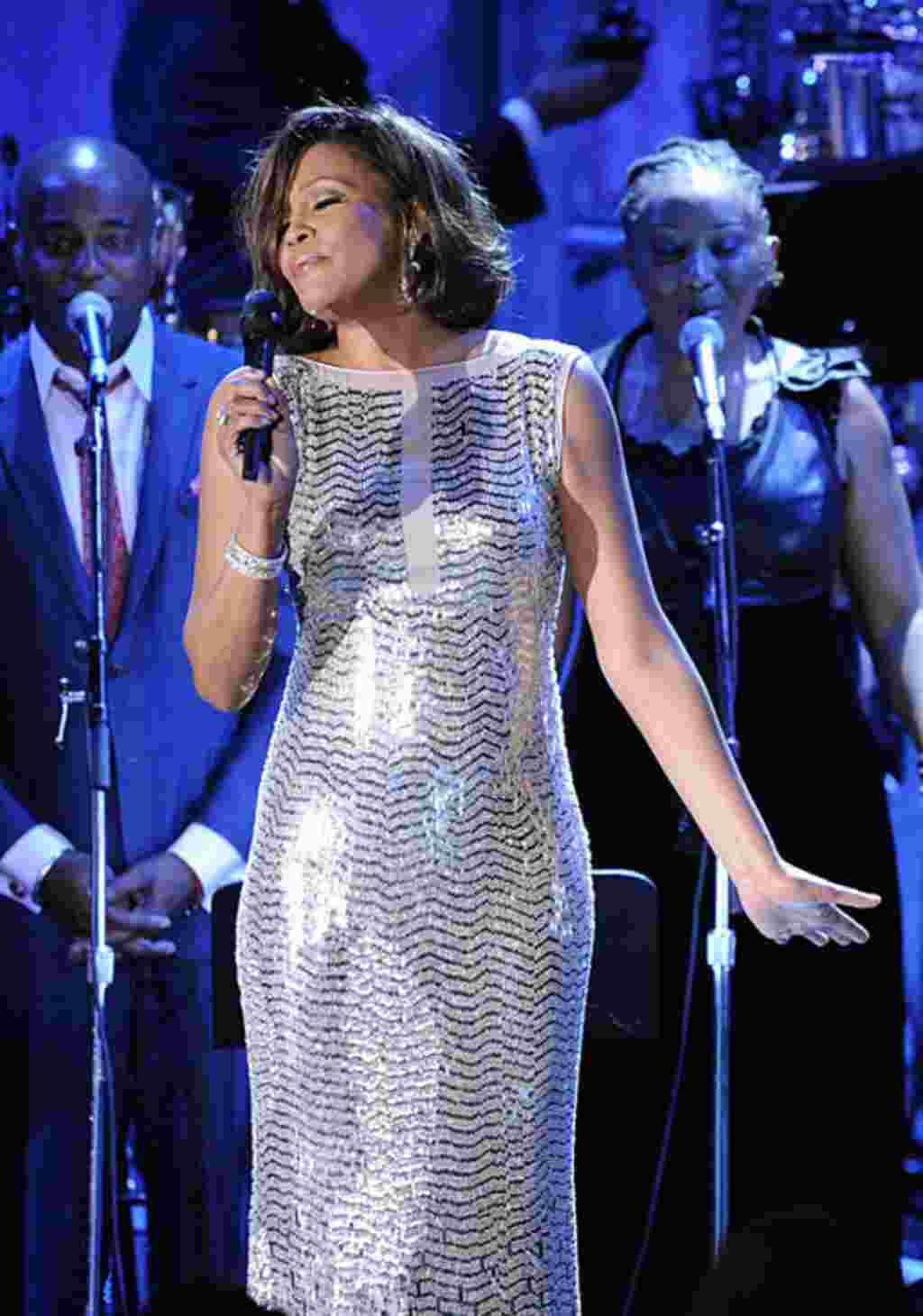 Medios de prensa especulan que la Whitney Houston se quedó dormida por los efectos de un calmante. La causa de muerte no ha sido confirmada.
