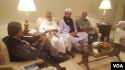 تحریک لبیک کے عہدے دار وزیر خارجہ شاہ محمود سے ملاقات کر رہے ہیں۔ 30 اگست 2018