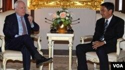 El senador republicano John McCain (der.) se reunió con el primer ministro de Tailandia Abhisit Vejjajiva, en una visita de dos días que realizó al país asiático.