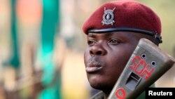 지난해 9월 알-샤바브기 자행한 폭탄 테러 현장에 케냐 정부군이 총을 들고 경계근무를 서고 있다.