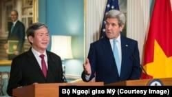 Đinh Thế Huynh và cưu ngoại trưởng Mỹ, John Kerry, trong cuộc họp báo tại D.C. hồi tháng 10, 2016. [State Department photo/ Public Domain]