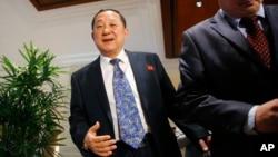 북한의 리용호 외무성 부상(가운데)이 지난해 1월 싱가포르에서 미국의 전직 관리들과 회동한 후 기자들에게 북한의 입장을 설명하고 있다. (자료사진)