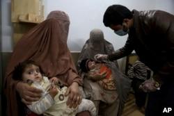 Anak-anak menerima imunisasi polio di Peshawar, Pakistan sebelum munculnya pandemi 1 Desember 2020 (foto: dok).