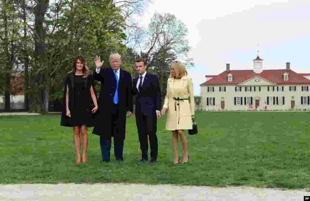 Le président Donald Trump, la première dame Melania Trump, le président français Emmanuel Macron et son épouse Brigitte Macron posent pour une photo devant Mount Vernon, la maison du président George Washington, à Mount Vernon, le 23 avril 2018.