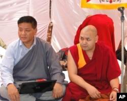 流亡政府议会的议长边巴次仁(左)和副议长索朗丹培