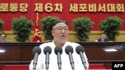 Lider Severne Koreje Kim Džong Un tokom obraćanja 8. aprila 2021. (Foto: AFP/KCNA via KNS)