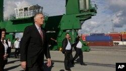 El gobernador de Virginia, Terry McAuliffe, junto a miembros de su delegación visitó el puerto del Mariel, cerca de La Habana, Cuba, el martes, 5 de enero de 2016.