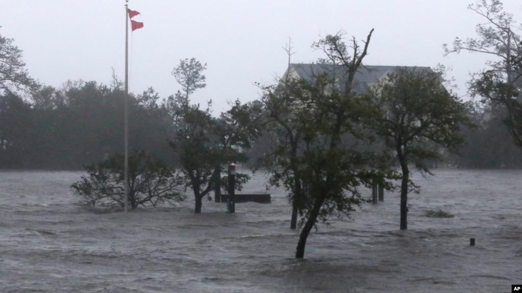 Ураган «Флоренс» ослабел до первой категории