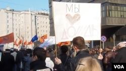 """4月13日莫斯科捍衛言論自由集會。標語(左):我不想生活在北朝鮮, 標語(右)我們喜歡""""細雨""""電視(美國之音白樺拍攝)"""