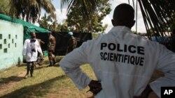 Médecins légistes avant l'exhumation d'un charnier à Yopougon, Abidjan, Côte d'Ivoire, 4 avril 2013.