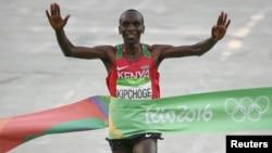 Le Kényan Eliud Kipchoge sur la ligne d'arrivée du marathon à Rio de Janeiro, Brésil, le 21 août 2016.