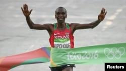 Eliud Kipchoge wa Kenya akimaliza marathon Rio de Janeiro, Brazil, Aug 21, 2016.