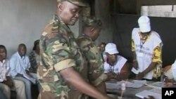 Des militaires votant au premier tour