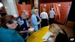 Ljudi čekaju u redu da glasaju na referendumu u Slavjansku, 11. maj, 2014.