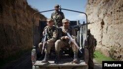 Tentara Pakistan berjaga di sebuah jalan di Damadola, sepanjang perbatasan Afghanistan, 2 Maret 2010.