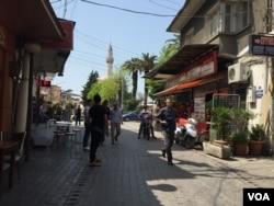 In Izmir's Basmane neighborhood in Turkey, many migrants found acceptance, April 6, 2016. (L. Ramirez/VOA)