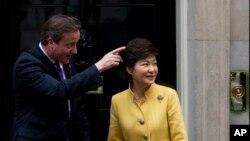 6일 영국 런던 총리관저에서 데이비드 캐머런 총리(왼쪽)가 정상회담을 위해 방문한 박근혜 한국 대통령을 환영하고 있다.