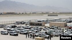 在美軍撤離位於阿富汗帕爾萬省的巴格拉姆美國空軍基地後,基地內停放的車輛。(路透社2021年7月5日)