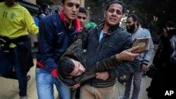Un manifestante herido en los enfrentamientos es evacuado en un distrito de El Cairo.
