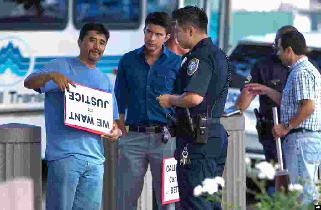 Поліцейські допитують Антоніо Барнабі, члена Коаліції за людські права іммігрантів під час мітингу поблизу будівлі федерального суду у Лос-Анджелесі.