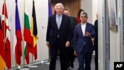 Michel Barnier, chef de la task force de la Commission européenne sur les relations avec le Royaume-Uni, à gauche, avec le maire de Londres, Sadiq Khan, avant une réunion au siège de l'UE à Bruxelles, le mardi 18 février 2020. (Francois Lenoir, Pool Photo via AP)