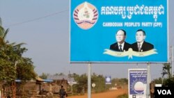 CPP and CRNP party banners in Kdol Senchey commune of Teuk Phos district, Kampong Cham, Cambodia. (Sun Narin/VOA Khmer)